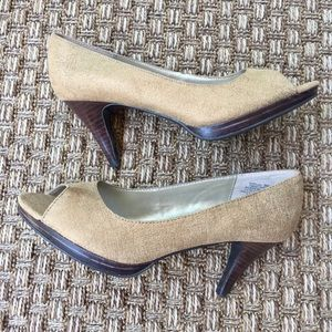 Bandolino open toe heels metallic gold fabric Sz 8